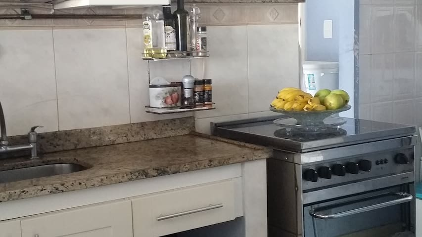 Cozinha completa. Área de serviço com máquina de lavar.