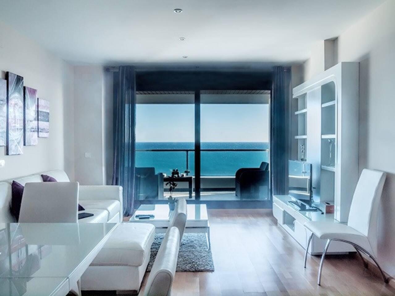 Salón con espectaculares vistas al mar
