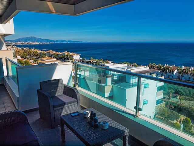 Terraza con vistas panorámicas a toda la bahía desde Marbella al peñón de Gibraltar