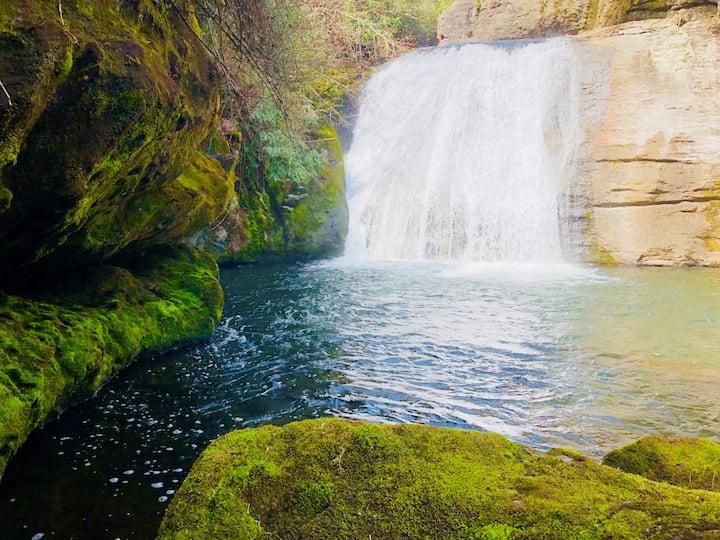 Riverfront Spa! Private Waterfalls, Sauna, FlyFish