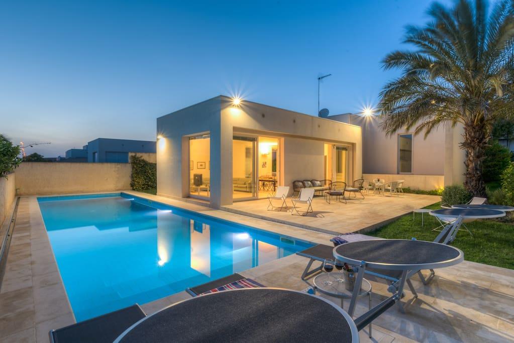 Euterpe elegante villa con piscina ville in affitto a - Villa con piscina sicilia ...
