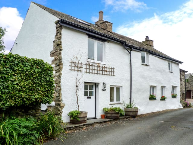 BECKFOLD, pet friendly, with open fire in Ulverston, Ref 30649