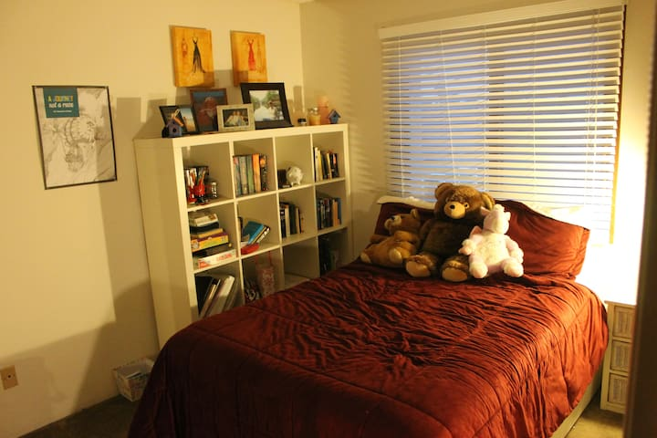 Quiet room in Point Loma near the Bay and airport
