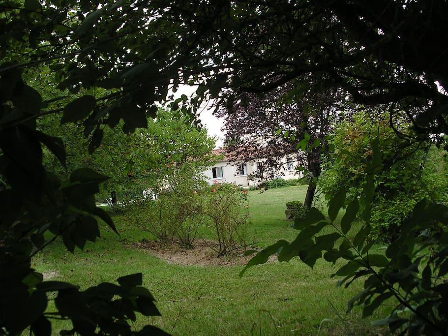 la maison est au milieu du parc à bonne distance des voisins