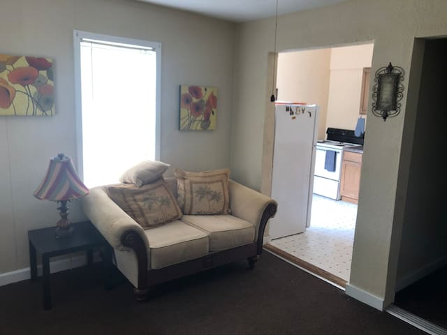 1 Bedroom Apt, 15 min to Camp Blanding, 30 to UF.