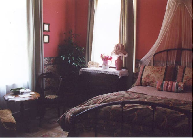 McCall Farmhouse Rose Room - Cambria - Bed & Breakfast