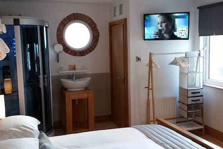 Large En-Suite King Size Room, Close to Centre - Bangor