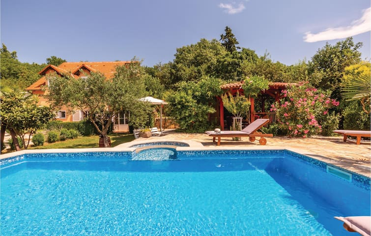 Holiday cottage with 5 bedrooms on 154m² in Zmijavci