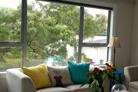 Walk to Browns Bay beach and commercial centre - Auckland - Villa