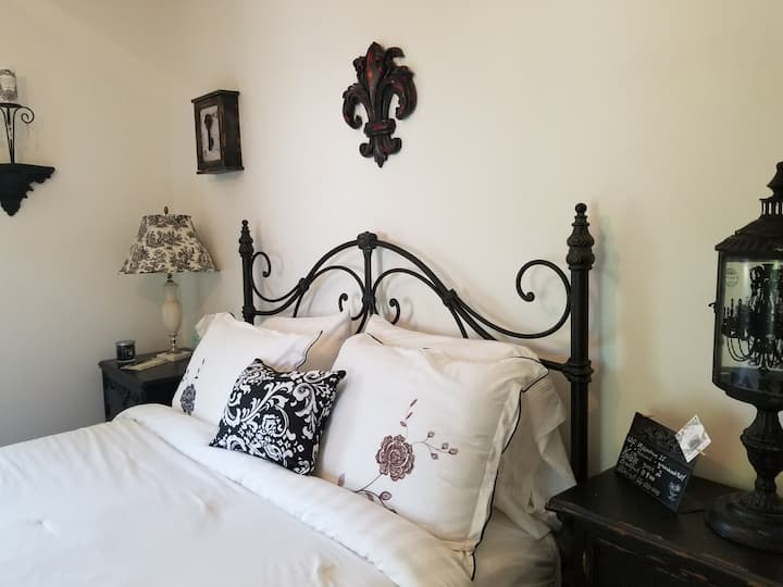 Bella Mia B&B    Black & White Room