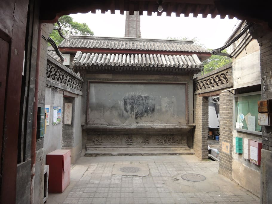 The ghost wall in front of the entrance, prevents the ghosts to get in!
