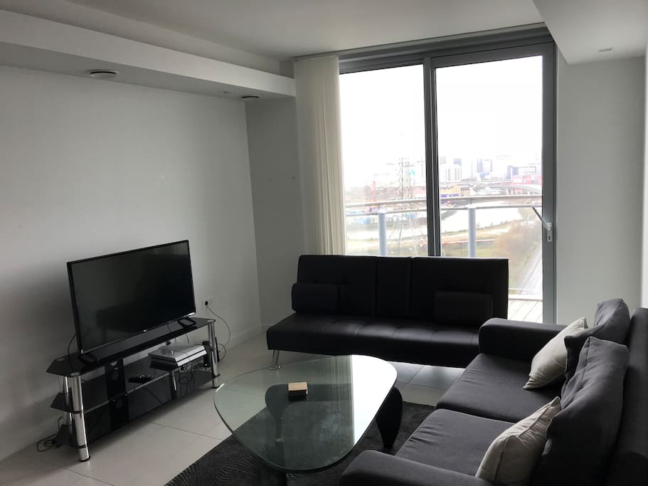 Luxury 1BD with fantastic views of River Thames and Canary Wharf / Walking distance to Excel / 10 mins to O2 / 20 mins to Central London