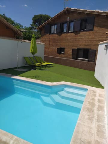 Cosy Wooden House with Wi-Fi, Air Conditioning, Pool and Garden