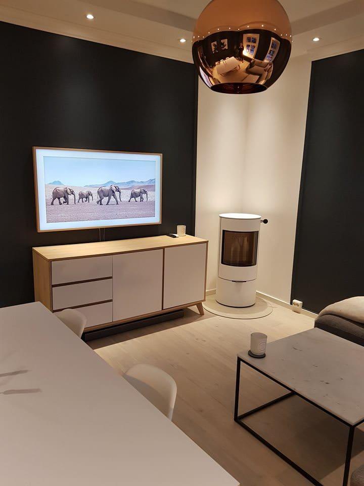 """Samsung's """"The Frame"""" 55"""" Smart-TV in the livingroom."""