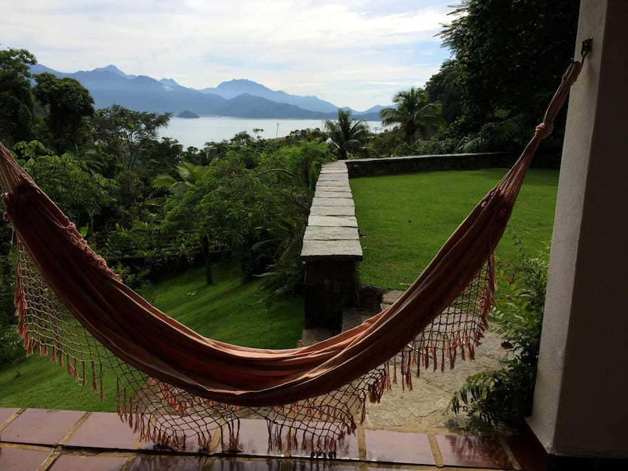 varanda com redes e vista para o mar  varanda with hammocks and ocean´s looking sea
