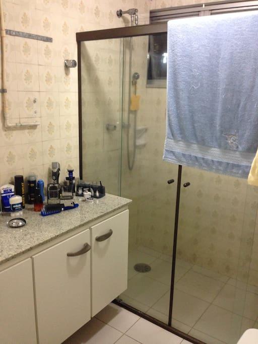 Banheiro junto com o quarto casal.