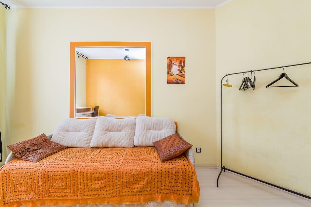 Комната N3 Диван раскладывается в большое двуспальное место.