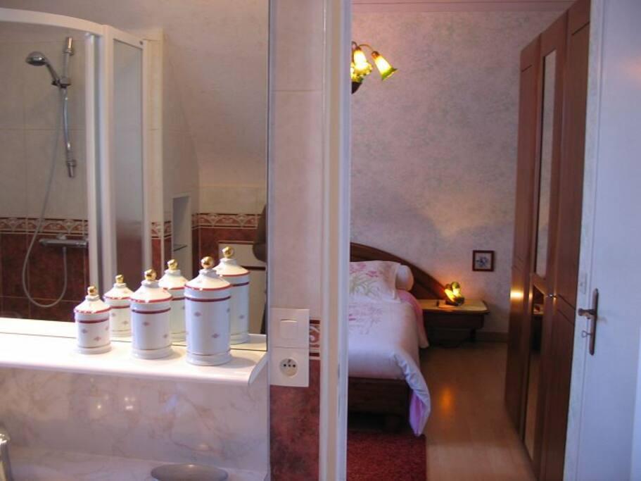 Chambre avec salle de bains accès direct