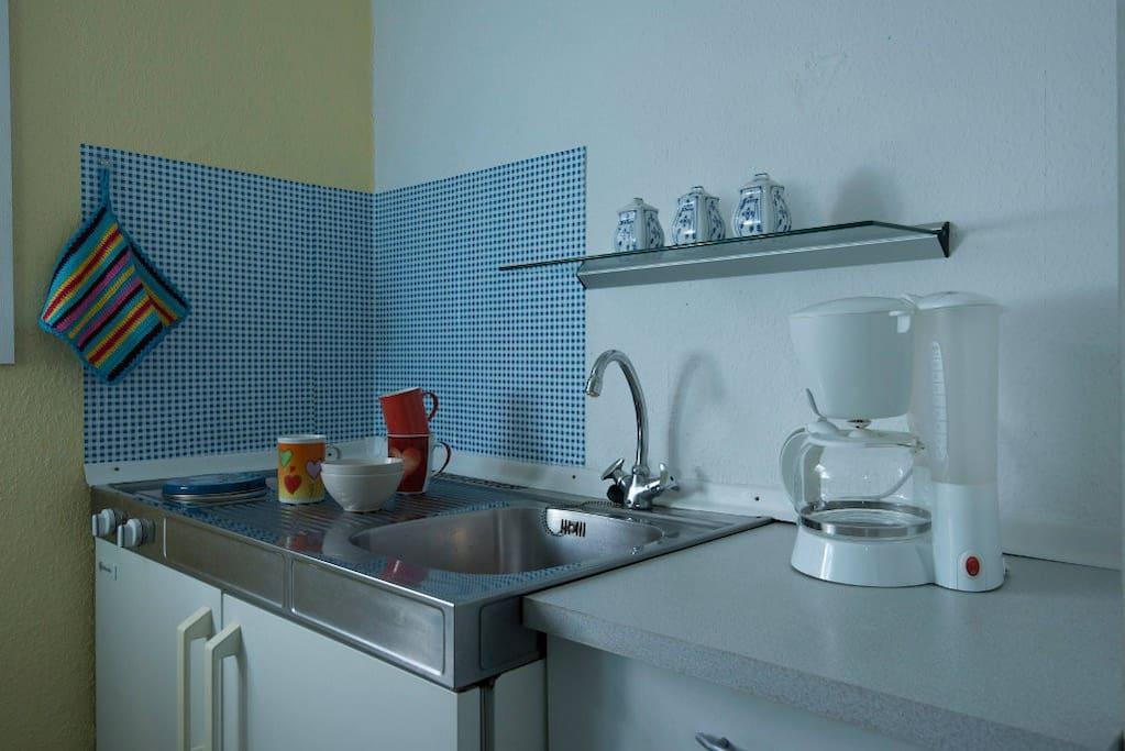 Die Küchenzeile ist voll ausgestattet mit Besteck und allem was man im Urlaub braucht.