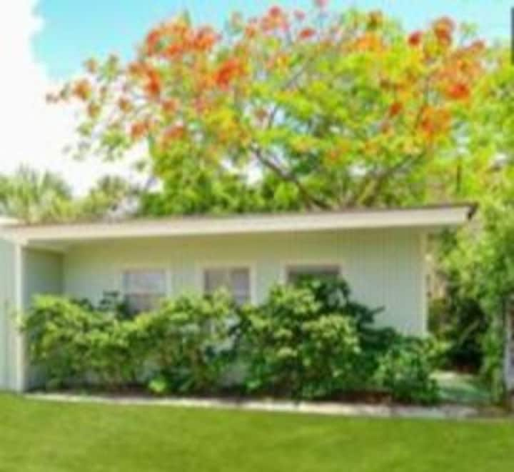 Palm Beach Big KING BED Coastal Cottage Patio BBQ
