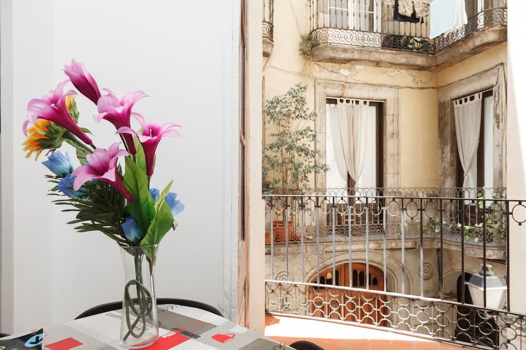comedor con vistas exteriores y una acogedora terraza!