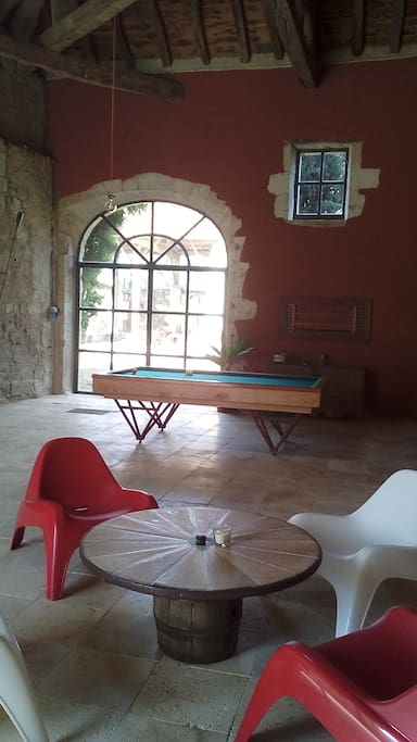 Salle de détente avec billard français