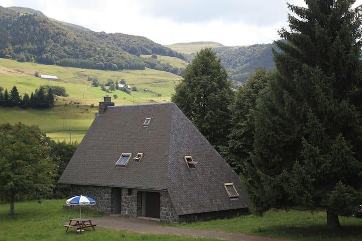 maison du Cantal au pied du puy Mary.