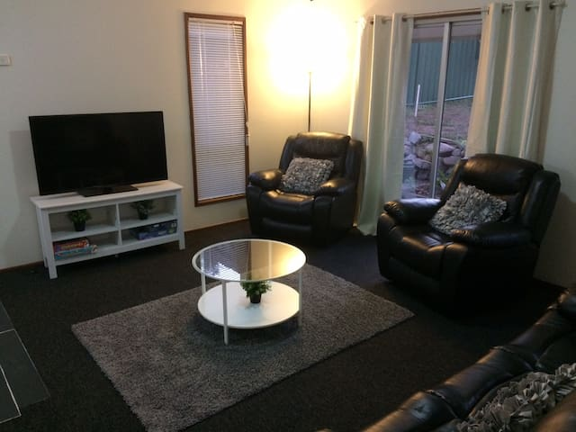 Centrepoint Cottage- M1 access to Brisbane and GC - Eagleby