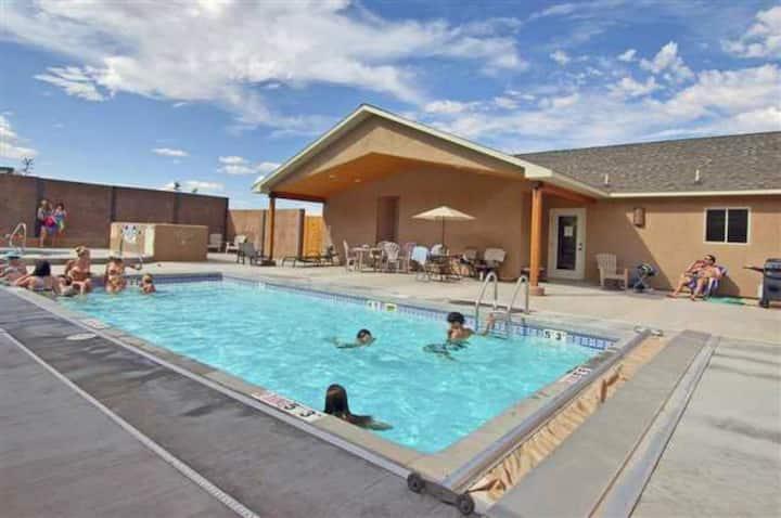 My Moab Getaway, AC, WiFi, garage, pool, hot tub!!