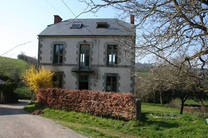 Spacious countryhouse - 6pp, Auvergne FR - Saint-Maigner - Casa