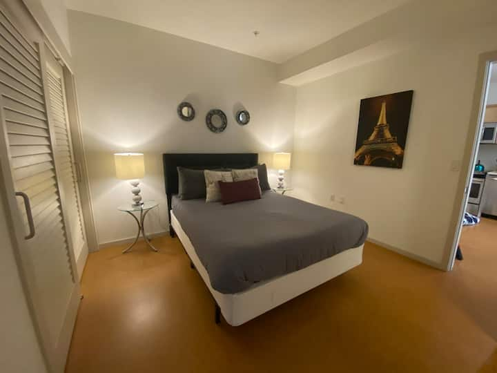 LUXURIOUS APARTMENT + 3 BEDS + FREE PARKING