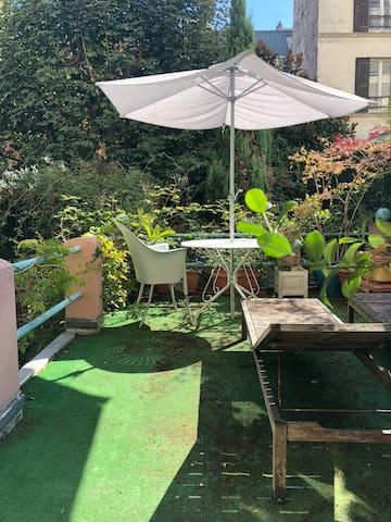 Chambre 18 m2, terrasse 16 m2, calme et soleil.