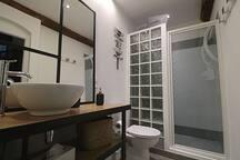 Salle de bain rez-de-chaussée douche et toilette