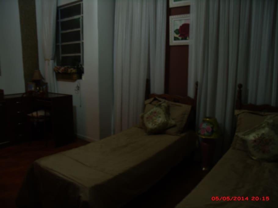 Quarto amplo com 2 camas, piso em madeira. Amplia habitación con 2 camas, suelos de madera. Large room with 2 beds, wooden floors.