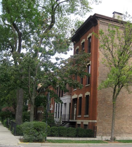 One Bedroom Suite in Lincoln Park