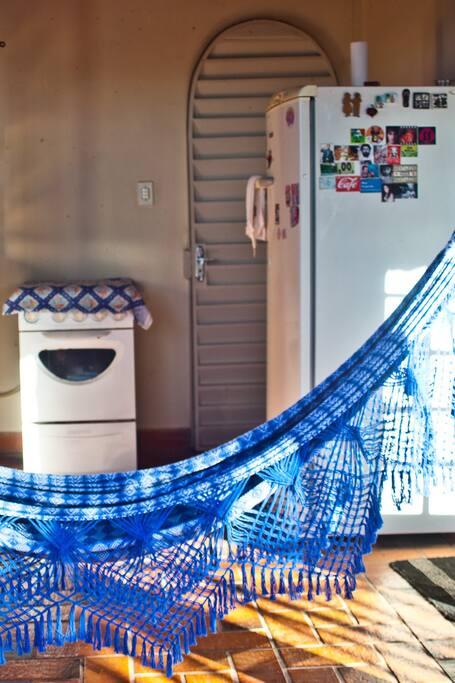 fogão, geladeira e rede.