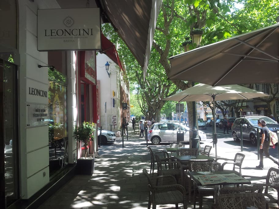 au pied de l'appartement la plus ancienne pâtisserie de Bastia, près du bureau de poste ouvert toute la journée