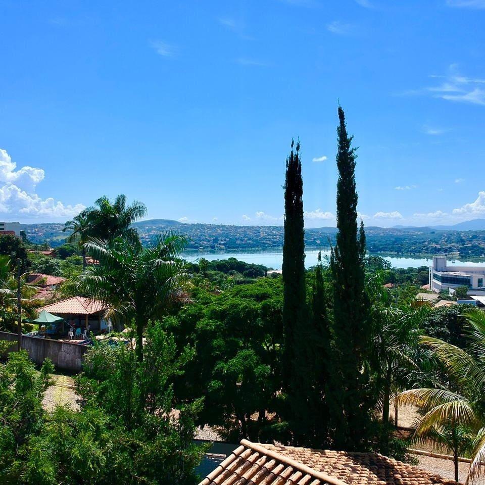 Vista aérea da casa e adiante a lagoa principal da cidade. Os ciprestes italianos estão no meu jardim.