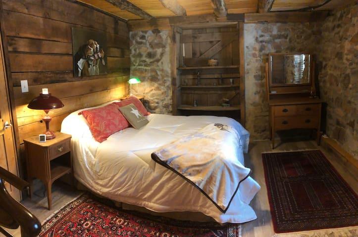 Bedroom w/Queen Size Tempurpedic Mattress