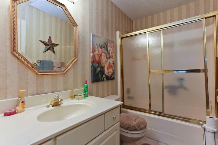 Hallway bath... Across from the peach color room
