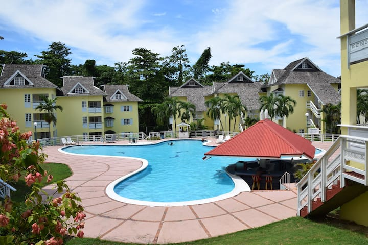 2 bedroom Penthouse apartment, pool, tennis courts