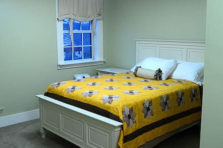 The Steward House B&B - Sage (Queen Bed with private bath)