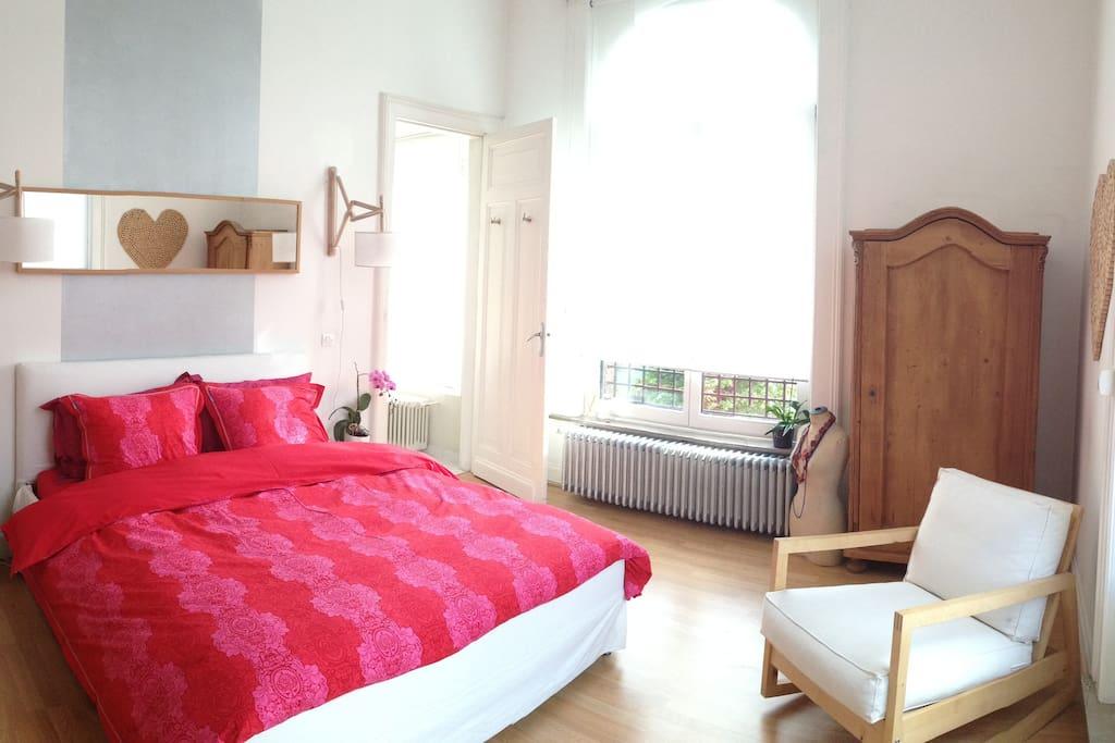 Chambre n°1 : 18m² avec un lit en 160, salle de douche privée attenante, grande terrasse privée attenante