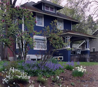Full Basement Apt in Historic Century Old Home - Oregon City