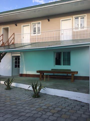 Комнаты эконом в 2х минутах от моря - Новый Афон - Casa