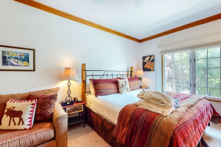 Skier's studio with shared pools & hot tub, mountain view, free WiFi - near lift
