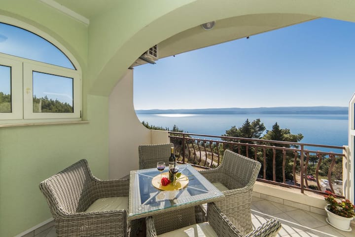 One bedroom apartment with terrace and sea view Lokva Rogoznica, Omiš (A-16429-b)