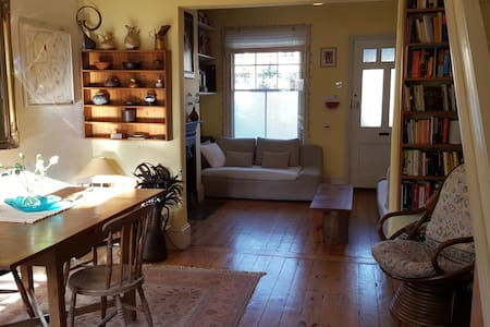 Charming SW London cottage sleeps 4 - Hampton - Huis
