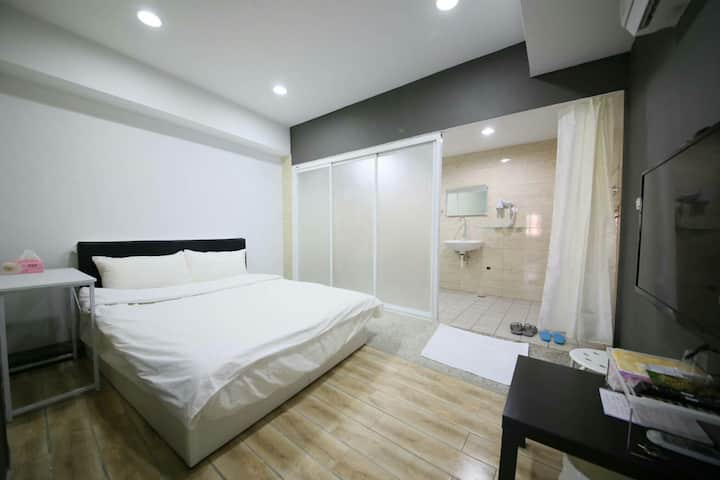 壹伍參號房-3號房Room3 雙人床、電梯、安静清潔、40吋電視、舒服獨立淋浴、近火車站、赤崁樓