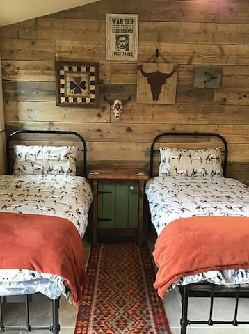 Twin Bedroom with en suite bathroom